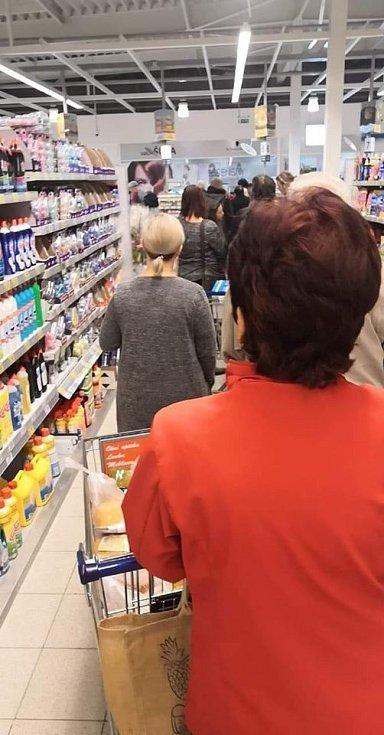 """Fronta v supermarketu. """"Chci si koupit jen dva rohlíky a pití do práce a strávím tu 38 minut?? Nem*dá vám?? Doufám, že se vám to doma potom všechno zkazí,"""" napsal na facebook Jiří Kickbox."""