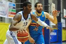 Jako lvi se rvali o první vítězství v letošním ročníku nejvyšší basketbalové soutěže hráči brněnského Mmcité (v bílém). Na výhru nakonec v prvním domácím zápase nedosáhli, s Hradcem padli 79:84 v prodloužení.