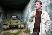 Bývalý vojenský areál v Ořechově. O budoucnost tamního Army parku se obává jeho náčelník Dan Urbánek.