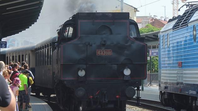 Historická parní lokomotiva přezdívaná Skaličák vezla cestující do Kuřimi při Dopravní nostalgii.