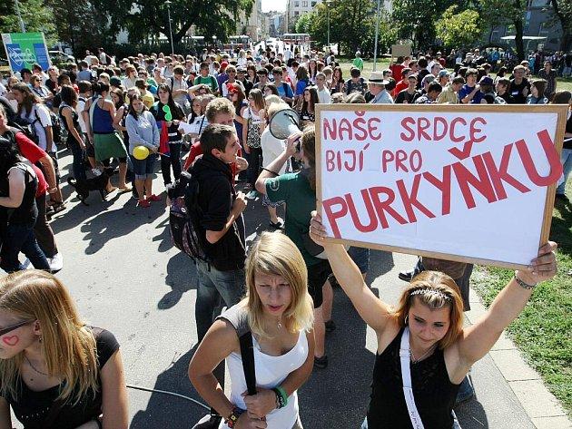 Studenti v Brně vyšli do ulic bojovat proti slučování škol.
