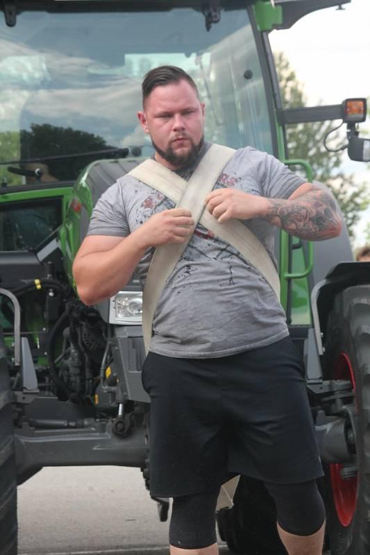 Tahali traktory, zvedali auta. Největší siláci se střetli u Olympie