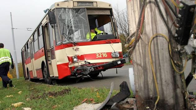 Trolejbus naboural do sloupu u silnice