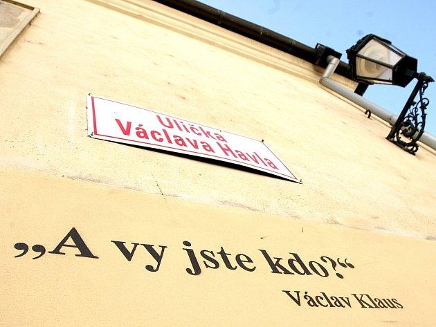 Nápis v brněnské Uličce Václava Havla.