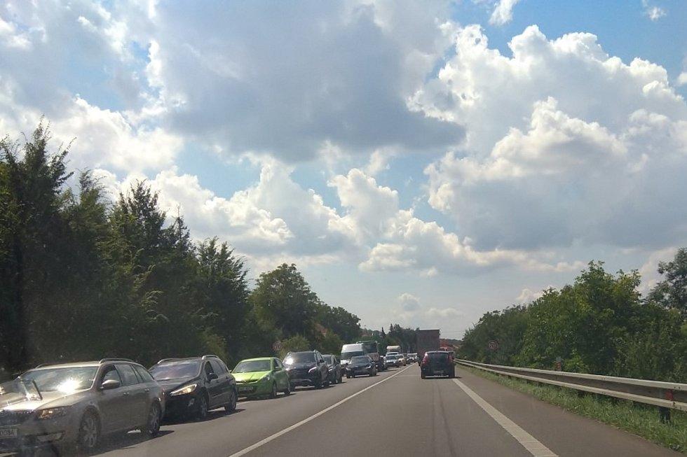 Kolony u Závisti na silnici I/43.
