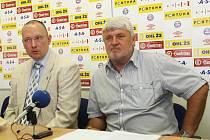 Tiskový mluvčí Boris Keka a předseda představenstva brněnských fotbalistů Karel Jarůšek.
