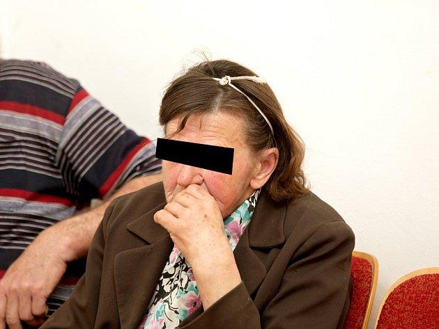 Devětašedesátiletá žena z Blanenska obžalovaná z neposkytnutí pomoci vytáhla při soudním líčení nůž ze své kabelky.