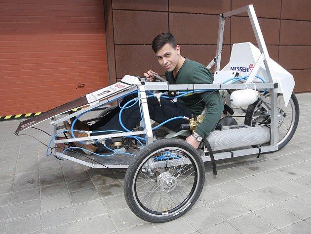 Vozidlo vyrobené studenty VUT Brno, které pohání stllačený vzduch z tlakových lahví.