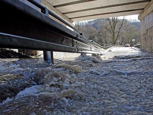 Zatopený most v Bílovicích nad Svitavou.