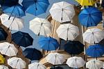 Instalace deštníků Komety Brno v ulici Česká v Brně.