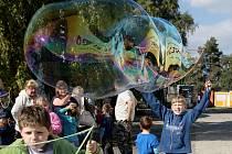 Bublinář Matěj Kodeš v Brně roztočil bublinový kolotoč.