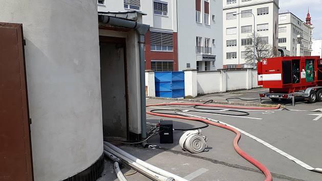 Hasiči pomáhali při čerpání vody po havárii vodovodu ve středu Brna.