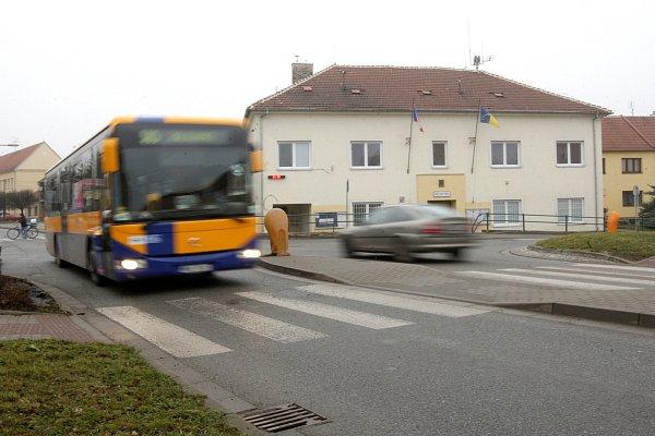 Řidiči na vedlejších silnicích mají problém dostat se na hlavní Masarykovu ulici vRajhradě vkřižovatce uměstského úřadu. Místní si stěžují také na hluk.