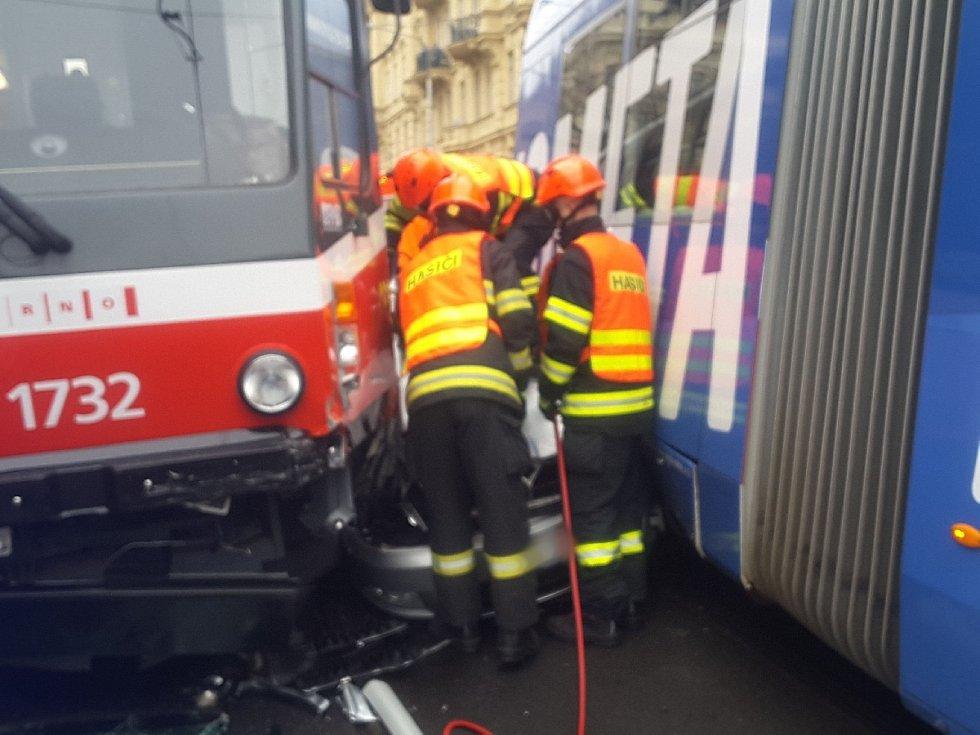 Na Konečného náměstí se srazily dvě tramvaje s autem. Místo je neprůjezdné.