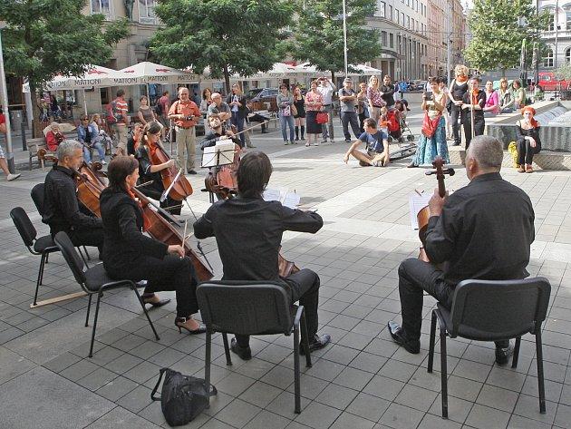U příležitosti otevření festivalového informačního stánku na Moravském náměstí filharmonici zahráli židovskou melodii Avinu Malkeinu skladatele Maxe Janowského a skladbu Nothing Else Matters v úpravě Eicca Toppinena.