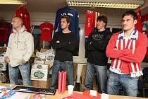 Fotbalisté 1. FC Brno ve středu prodávali předměty z fanshopu.