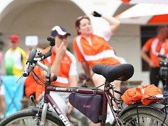 Na nádvoří oslavanského zámku se sešly desítky cyklistů, aby společně se známými sportovci vyrazili na takzvanou oranžovou jízdu.