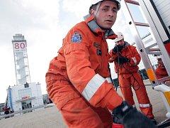 Hasiči nacvičují evakuaci věže na brněnském výstavišti.