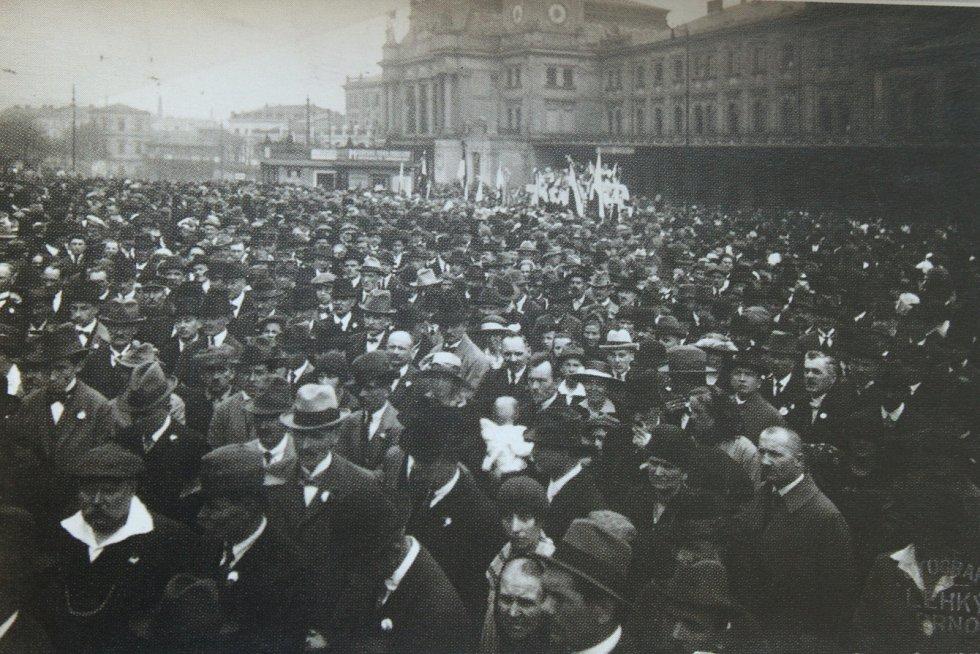 Oslavy vyhlášení Československé republiky v roce 1918 u hlavního nádraží v Brně.
