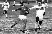 Útočník Petr Janečka (vlevo) v souboji o míč s tureckým Zaferem v utkání, které se v Praze hrálo 12. března 1980.