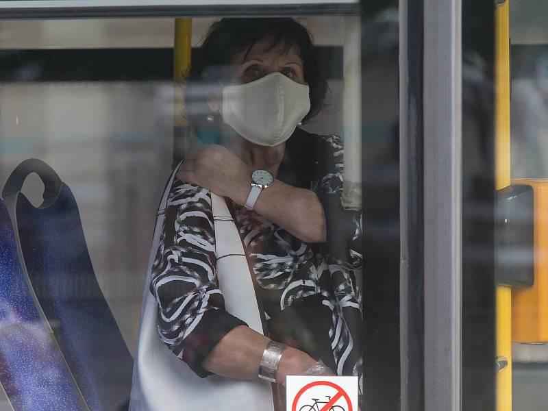 Od dnešního dne musí lidé povinně nosit respirátory nebo dvě chirurgické roušky na sobě.