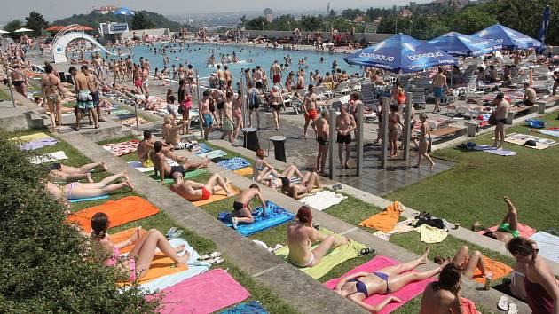 Teplé počasí vylákalo stovky lidí na koupaliště na Kraví hoře v Brně.