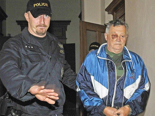 Muže, který je obviněný z vraždy ve Střelicích, vedou do vazby.