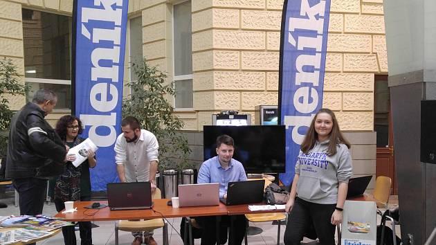 Tým Deníku na Multimediálním dni na Fakultě sociálních studií Masarykovy univerzity.