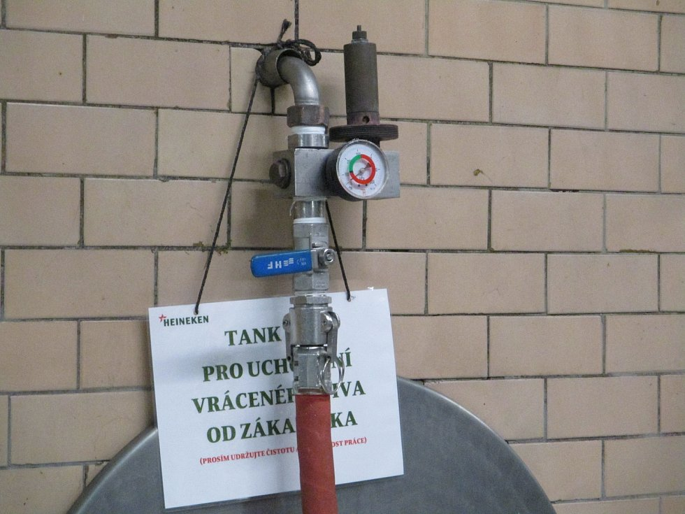 Největší pivovar na jihu Moravy likvidoval nespotřebované pivo. Celkem ho bylo 14 tisíc litrů.