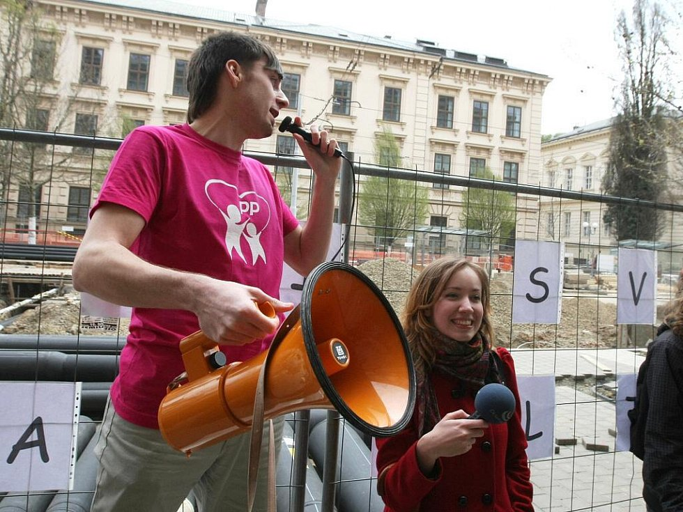 Studenti Fakulty sociálních studií v Brně se pokusili o rekord v objetí školy.