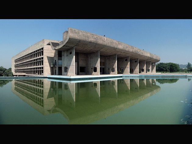 Komplex Kapitolu, jehož součástí jsou budovy státní správy, Národního shromáždění a Nejvyššího soudu, je mocenské i duchovní centrum indického státu Pandžáb. Jeho nové hlavní město Chandigarh navržené Le Corbusierem vzniklo tak jako Niemerova Brazílie.