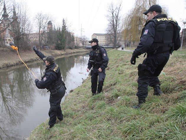 Policisté, hasiči i záchranáři ve středu kolem sedmé ráno zasahovali v brněnských Husovicích na Svitavském nábřeží. Do řeky tam spadl muž. Policistům se ho podařilo z vody vytáhnout. V poledne pak ukázali s jakým vybavením při podobných zásazích pracují.