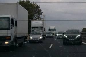 Řidiči tvořící záchrannou uličku na dálnici.