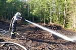 Šlehající plameny likvidovali v pátek po druhé hodině odpoledne jihomoravští hasiči v lese u Všechovic na Brněnsku. Oheň v nepřístupném terénu krotili i pomocí vrtulníku s bambivakem.