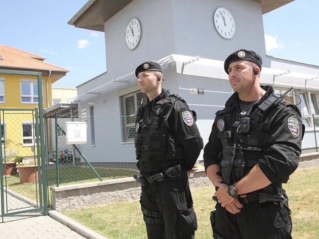 Strážníci hlídají základní školu v Žebětíně.