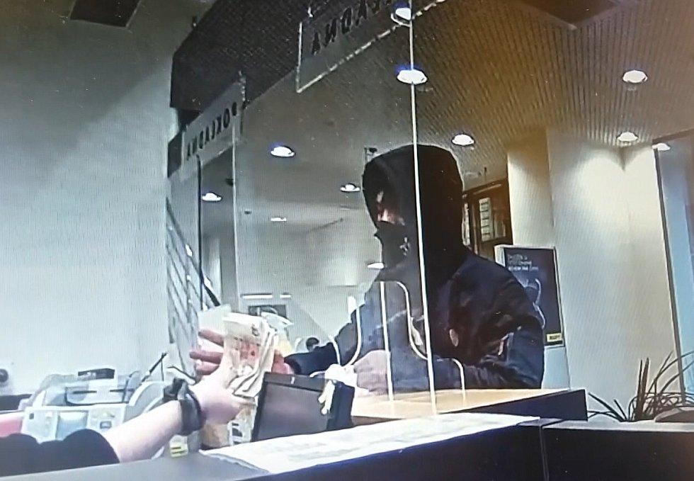 Několik desítek tisíc korun si z přepadení odnesl lupič, který si vyhlédl bankovní pobočku v centru Brna.