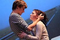 Znuděného mladého muže a krásnou teroristku ztvární v představení Bláznivý Petříček Tatiana Vilhelmová a Vojtěch Dyk.