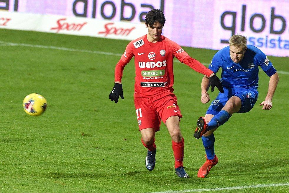 Brno 22.1.2021 - domácí FC Zbrojovka Brno (Ondřej Pachlopník) v červeném proti FC Slovan Liberec (Jan Mikula)