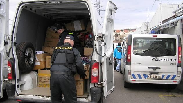 Celníci zabavili padělané zboží v tržnici v Brně.