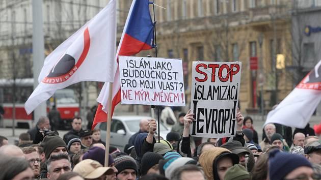 Asi tisícovka lidí v sobotu přišla na Moravské náměstí v Brně na demonstraci proti islámu. Nedaleko svolali vlastní shromážděni zastánci tolerance a náboženské svobody.