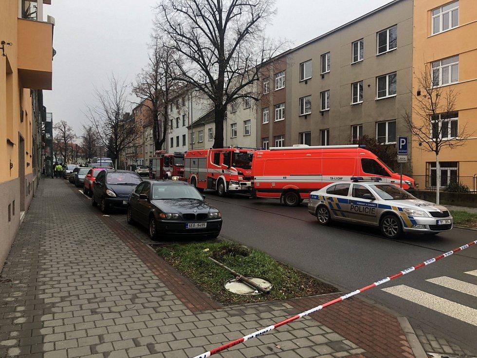 V Šámalově ulici v Židenicích pyrotechnici vyšetřují únik chemikálií. Na místě je mrtvý člověk.