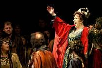 Pro jevištní výraz a zvučný hlas je Eva Urbanová považována za první dámu české operní scény.