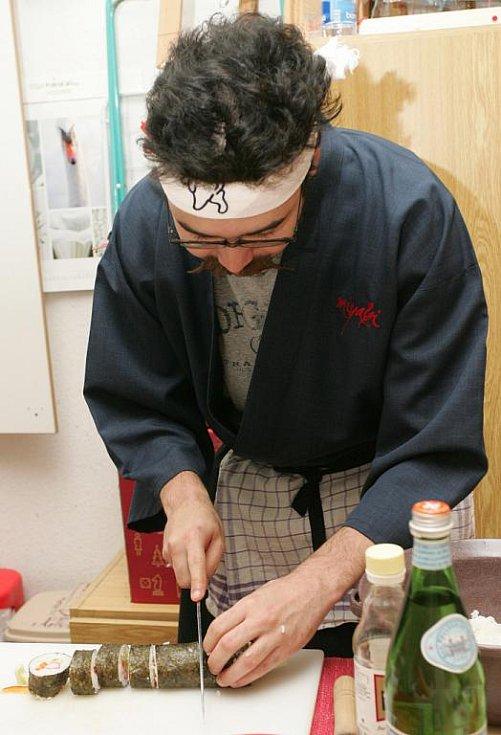 Kuchař japonské restaurace Miyabi Vít Kawasumi naučil návštěvníky připravovat některé druhy sushi.