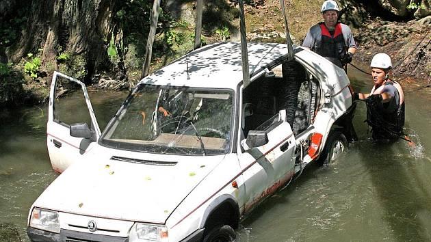 Taktické cvičení složek Integrovaného záchranného systému. Simulovaná dopravní nehoda na křižovatce Blansko – Olomučany, kdy dvě vozidla po střetu skončila v řece Svitavě.