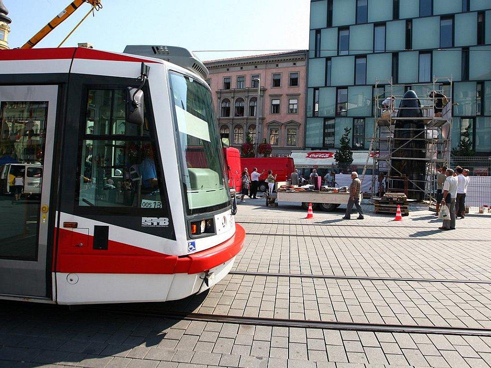 Dokončování hodin na brněnském náměstí Svobody.