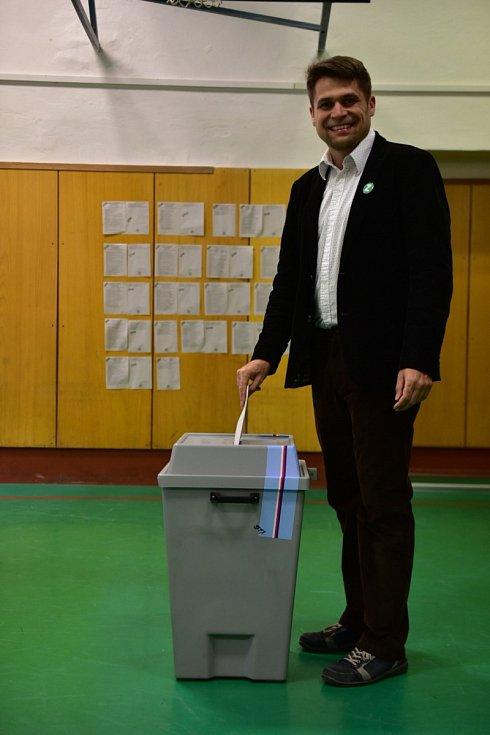 Jihomoravský lídr Strany zelených Michal Berg odvolil v pátek na brněnské střední odborné škole potravinářské v Jánské ulici. Využil přitom voličský průkaz, pochází totiž že Vsetína.