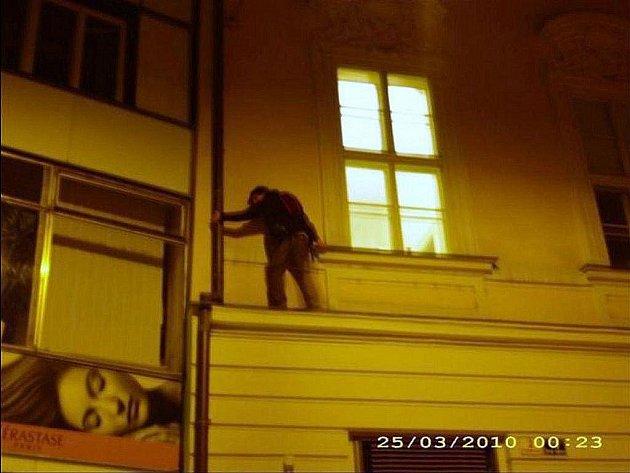 Opilého muže na římse zachránili brněnští strážníci.