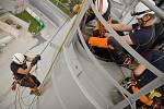 Výcvik hasičů v betonárně.