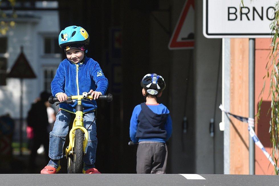 Ve dne v noci sloužíme. Strážníci a policisté bavili děti a jejich rodiče při ukázkách na brněnské Riviéře.