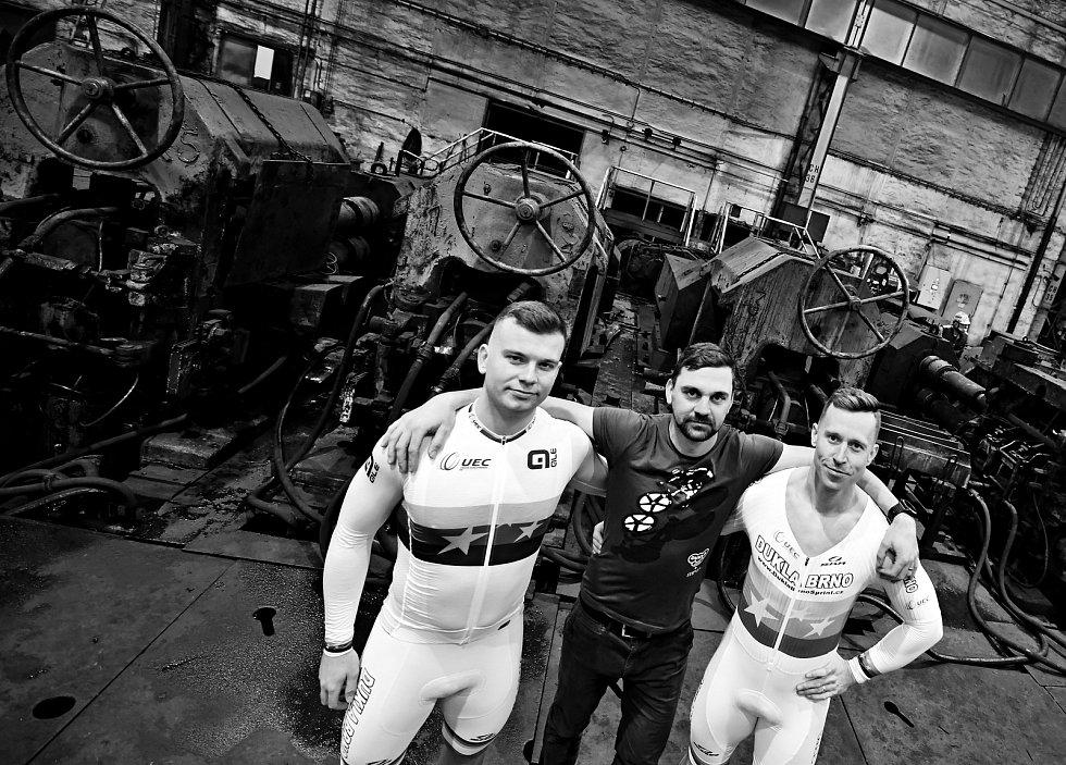 Dráhoví cyklisté brněnské Dukly (na snímku Martin Čechman, Petr Klimeš a Tomáš Bábek) při oficiálním focení v ostravské hutnické továrně.